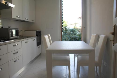 A kitchen or kitchenette at Appartamento Rifredi