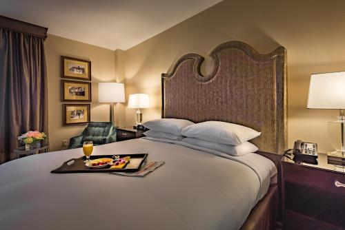 A bed or beds in a room at Hilton Baton Rouge Capitol Center