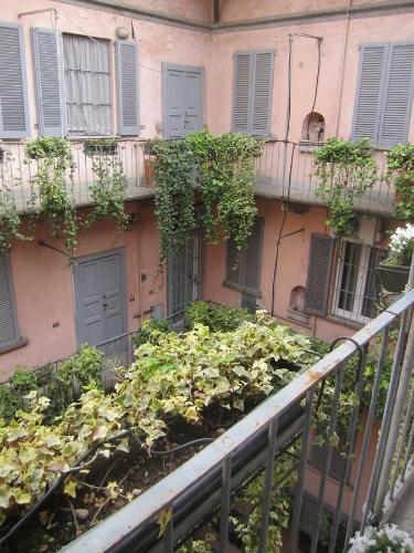 Een patio of ander buitengedeelte van Charming and elegant apartment historic center of Milan