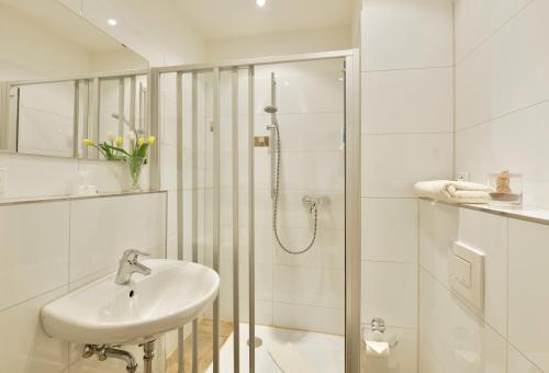 A bathroom at Burghotel Stammhaus