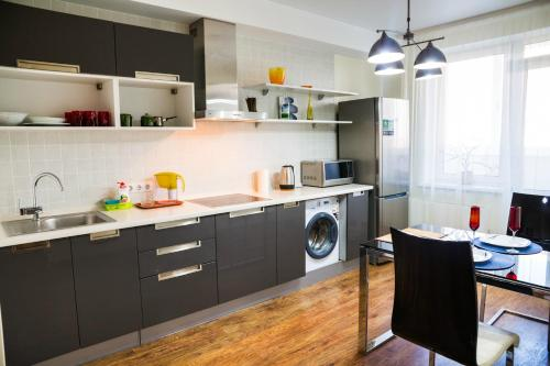 A kitchen or kitchenette at Apartment in the Center on Prospekt Revolyutsii