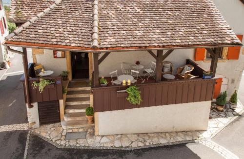 Ein Patio oder anderer Außenbereich in der Unterkunft Hôtel Les Vieux Toits