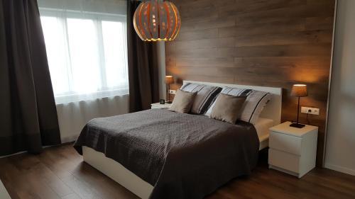 Un pat sau paturi într-o cameră la ELEGANT apartmán ajaj