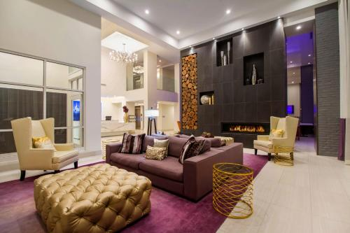 The lobby or reception area at TRYP by Wyndham Savannah