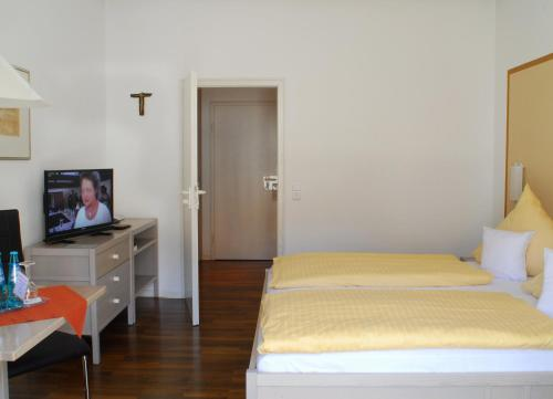 A bed or beds in a room at Gästehaus Sankt Ulrich