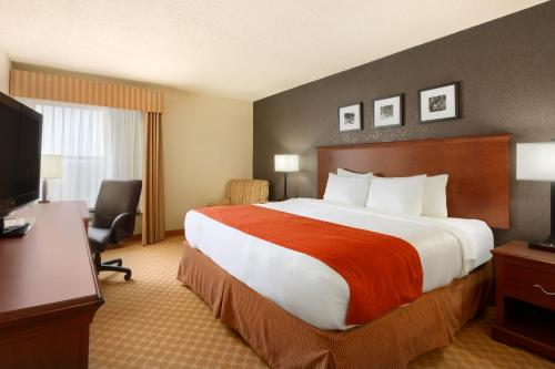 A bed or beds in a room at Country Inn & Suites by Radisson, Corpus Christi, TX