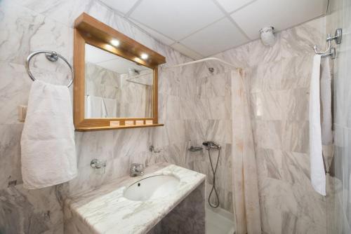 Kylpyhuone majoituspaikassa Mythos Beach Hotel Apartments