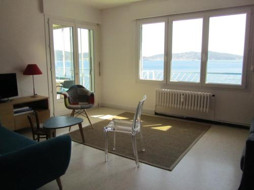 A seating area at Appartement Le Cap