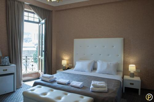 A bed or beds in a room at Hotel Piazza