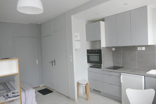A kitchen or kitchenette at Studio proche gare St Jean
