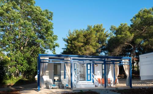Patio lub wspólna przestrzeń na świeżym powietrzu w obiekcie Port 9 Mobile Homes