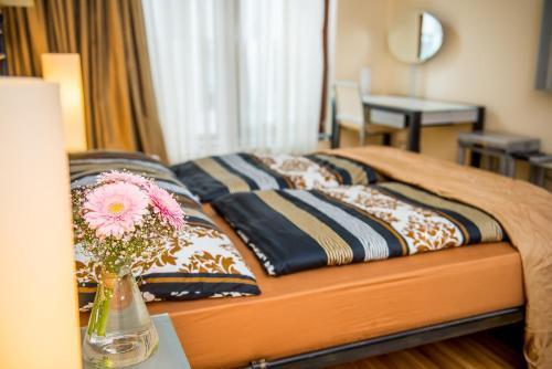 Een bed of bedden in een kamer bij River Diamond Luxury Apartments