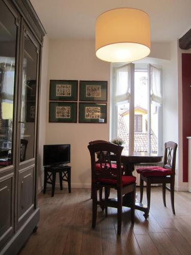 De lounge of bar bij Charming and elegant apartment historic center of Milan