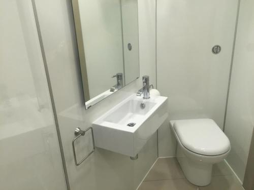 A bathroom at The Harbour Guest House
