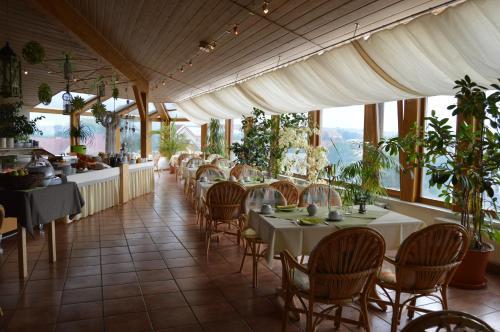 Ein Restaurant oder anderes Speiselokal in der Unterkunft Hotel Stadt Jessen