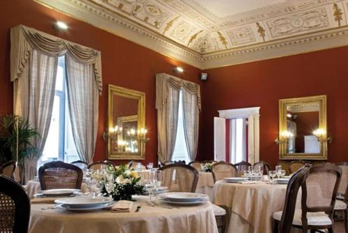 A restaurant or other place to eat at Napolit'amo Hotel Principe