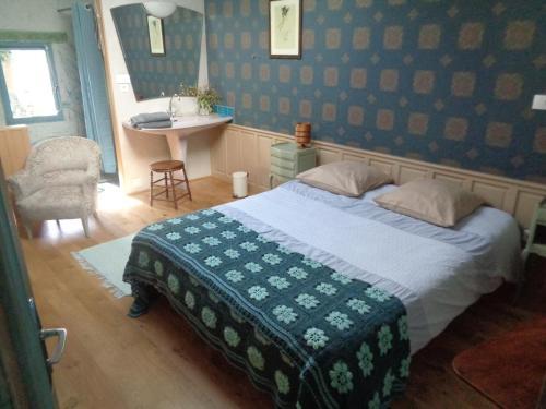 A bed or beds in a room at les couleurs de l'eau