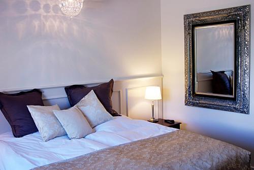 En eller flere senge i et værelse på Højby Kro og Hotel