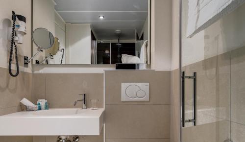 A bathroom at Continental Hotel Lausanne