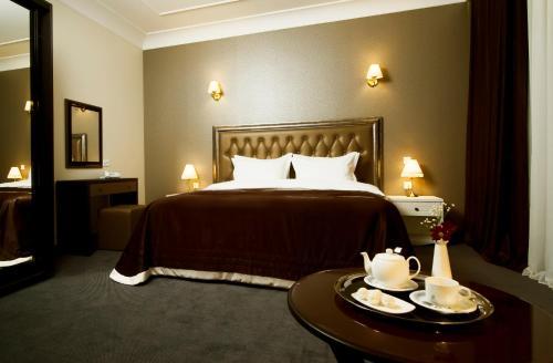 Un pat sau paturi într-o cameră la Villa Rossa Hotel