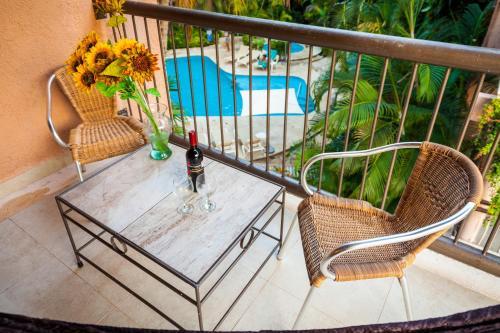 Uitzicht op het zwembad bij Tukan Hotel & Beach Club of in de buurt