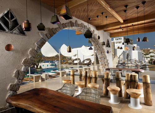 A restaurant or other place to eat at Kensho Ornos