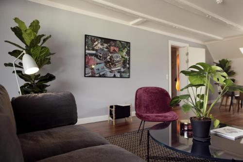The lounge or bar area at Arthur Aparts
