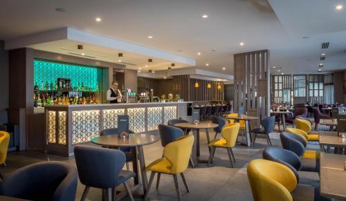 The lounge or bar area at Maldron Hotel Pearse Street