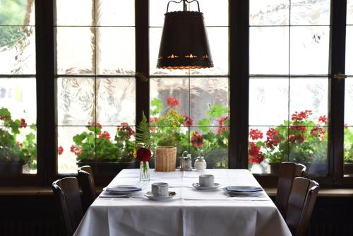 Ein Restaurant oder anderes Speiselokal in der Unterkunft Gästehaus in der Brückenstraße Jagsthausen