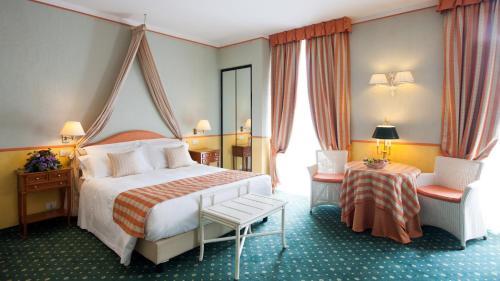 Een bed of bedden in een kamer bij Hotel Victoria & Iside Spa