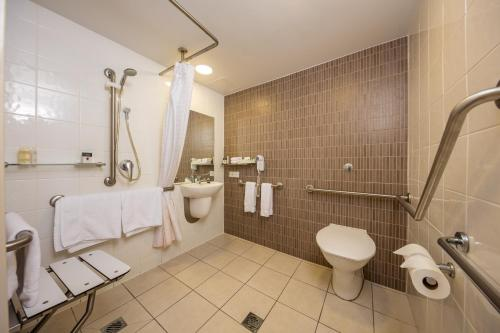 A bathroom at DoubleTree by Hilton Cairns