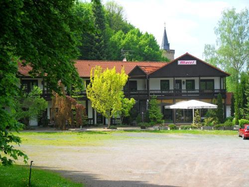 Ein Garten an der Unterkunft Motel Zur Festwiese