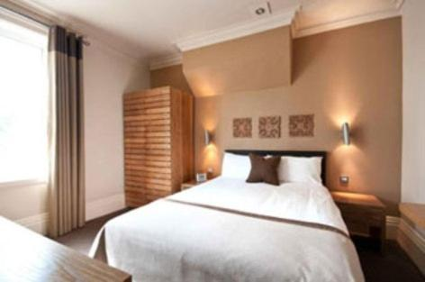 A bed or beds in a room at Innkeeper's Lodge Tunbridge Wells, Southborough