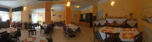 A restaurant or other place to eat at Hotel Villa Elle