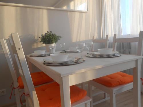 Ein Restaurant oder anderes Speiselokal in der Unterkunft Apartament Arkońska