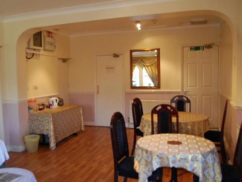 A restaurant or other place to eat at Hillingdon Lodge