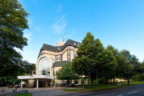 Ein Garten an der Unterkunft Leonardo Hotel Weimar
