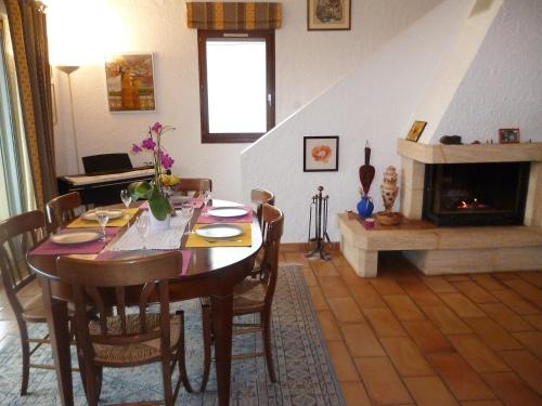A restaurant or other place to eat at Holiday Home Domaine de Saint Martin