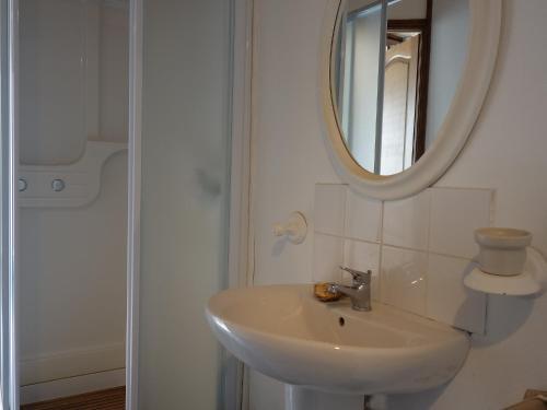 A bathroom at Holiday Home La Tour