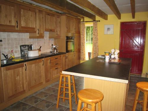 A kitchen or kitchenette at Holiday Home Glenhouse