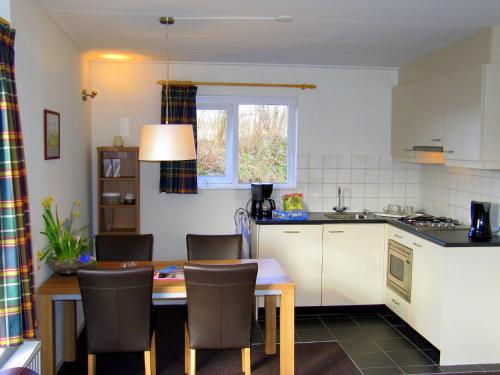 A kitchen or kitchenette at Holiday Home Middelharnis-3