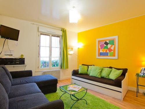 A seating area at Apartment Mirabeau