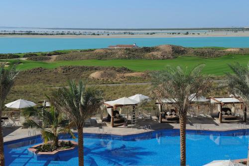منظر المسبح في فندق راديسون بلو، أبو ظبي جزيرة ياس او بالجوار