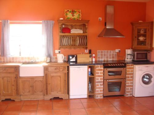 A kitchen or kitchenette at Holiday Home 4star Cordal Castleisland