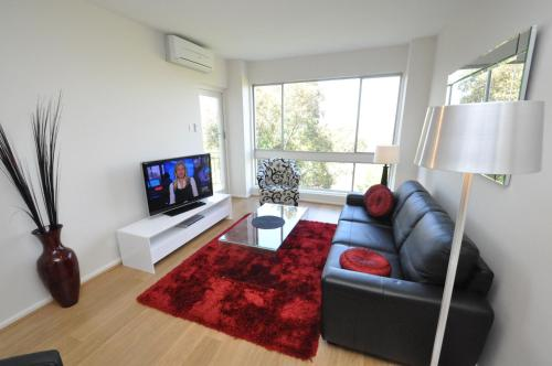 The lounge or bar area at Neutral Bay Self-Contained Modern One-Bedroom Apartment (63BEN)