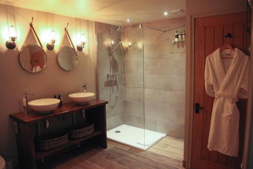 A bathroom at Manor Farm-MK Executive Accommodation