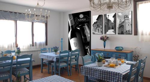Un restaurante o sitio para comer en Casa Rural Rojanda