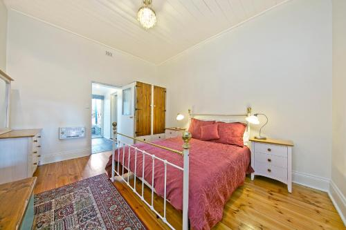 A bed or beds in a room at Vineyard Cottage BnB