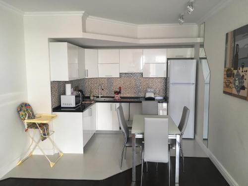 Кухня или мини-кухня в Апартаменты на Большом Ахуне