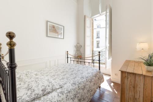 A bed or beds in a room at Au Bonheur des Dames by Cocoonr